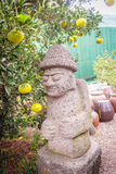 Il bello idolo di pietra nell'azienda agricola arancio per turistico prende un selfi Immagine Stock