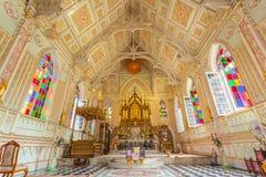 Il bello interno della chiesa principale di Wat Niwet Thammaprawat Immagini Stock Libere da Diritti