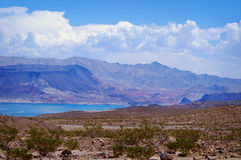 Il bello Lago Mead, Nevada con bianco si rannuvola le montagne Fotografia Stock