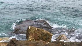 Il bello mare con le onde ed il turchese del cielo nuvoloso innaffia alla spiaggia un giorno di estate stock footage