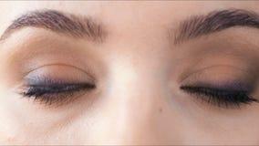 Il bello metraggio del primo piano della femmina osserva con trucco classico dell'eye-liner archivi video