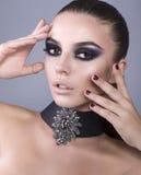 Il bello modello con gli occhi affumicati compone Fotografia Stock