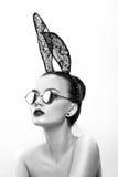 Il bello modello della ragazza in un'immagine di un coniglio Fotografie Stock Libere da Diritti