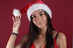 Il bello modello femminile di Latina porta il cappello di Santa fotografia stock