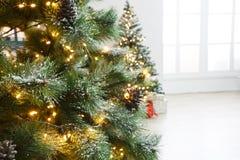 Il bello natale ha decorato l'albero alle luci brillanti Fotografie Stock