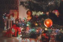 Il bello natale ha decorato l'albero alle luci brillanti Immagine Stock