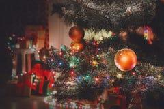 Il bello natale ha decorato l'albero alle luci brillanti Fotografia Stock Libera da Diritti