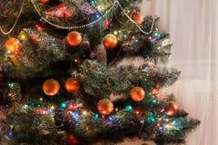 Il bello natale ha decorato l'albero alle luci brillanti Immagini Stock Libere da Diritti