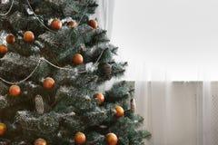 Il bello natale ha decorato l'albero con lo spazio della copia sulla finestra Immagini Stock