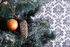 Il bello natale ha decorato l'albero con lo spazio della copia sulla finestra Fotografie Stock Libere da Diritti