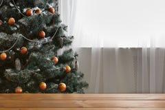 Il bello natale ha decorato l'albero con lo spazio della copia sulla finestra Fotografia Stock