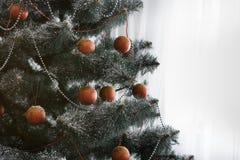 Il bello natale ha decorato l'albero con lo spazio della copia sulla finestra Immagine Stock Libera da Diritti