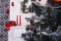 Il bello natale ha decorato l'albero con lo spazio della copia sulla finestra Fotografie Stock