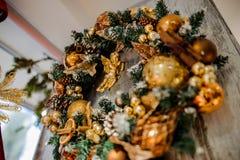 Il bello Natale si avvolge fatto dell'albero e dei giocattoli di abete Immagine Stock