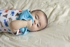 Il bello neonato ispanico felice gioca il peekaboo Immagine Stock Libera da Diritti