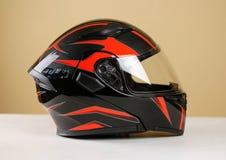 Il bello nero con il casco rosso del motociclo Con una v trasparente Immagine Stock Libera da Diritti