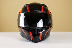 Il bello nero con il casco rosso del motociclo Con una v trasparente Fotografia Stock
