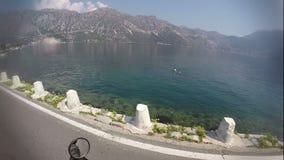 Il bello paesaggio della baia di kotorska di boka nel Montenegro, punto di vista ha sparato sulla macchina fotografica di azione, archivi video