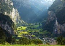 Il bello paesaggio della città Lauterbrunnen nel canyon Fotografia Stock