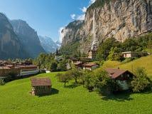 Il bello paesaggio della città Lauterbrunnen nel canyon Fotografia Stock Libera da Diritti