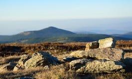 Il bello paesaggio delle montagne, la vista dalla cima Fotografia Stock Libera da Diritti