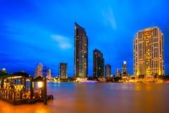 : Il bello paesaggio di notte di alta costruzione Immagini Stock