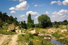 Il bello paesaggio sotto i cieli blu con bianco lanuginoso si appanna Immagini Stock