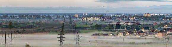 Il bello panorama della linea elettrica ad alta tensione elettrica lunga rema Immagine Stock