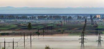 Il bello panorama della linea elettrica ad alta tensione elettrica lunga rema Fotografia Stock Libera da Diritti