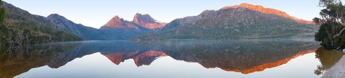 Il bello panorama di catena montuosa ha riflesso in lago sui sunris Fotografia Stock