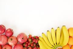 Il bello piano pone la composizione con differenti generi di frutti organici freschi misti e di assortimento delle bacche sul bac fotografia stock libera da diritti