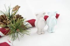 Il bello piccolo orso del gesso desidera il Buon Natale Immagini Stock Libere da Diritti