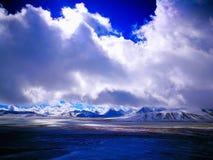 Il bello plateau del Tibet, neve ha ricoperto le montagne ed i fiumi Fotografia Stock