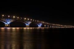 Il bello ponte nella notte alla luce delle lampade Fotografie Stock Libere da Diritti