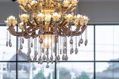 Il bello primo piano a cristallo del candeliere ha sparato con il backg di luminosità immagini stock libere da diritti