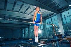 Il bello ragazzo è impegnato in ginnastica di sport sulle parallele simmetriche fotografia stock libera da diritti