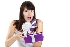 Il bello regalo di sorpresa della ragazza riceve fotografie stock libere da diritti