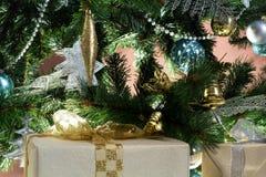 Il bello regalo si trova vicino all'albero di Natale immagine stock