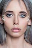 Il bello ritratto della giovane donna con i gioielli della perla e compone Immagini Stock Libere da Diritti