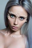 Il bello ritratto della giovane donna con i gioielli della perla e compone Fotografie Stock Libere da Diritti
