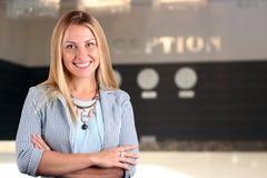 Il bello ritratto sorridente della donna di affari Receptionist femminile sorridente Fotografie Stock