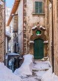 Il bello Scanno ha coperto in neve durante la stagione invernale L'Abruzzo, Italia centrale immagine stock