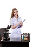 Il bello scienziato della donna in laboratorio realizza le varie operazioni Immagini Stock Libere da Diritti
