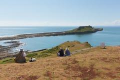 Il bello sole dell'estate ed il tempo caldo hanno disegnato gli ospiti ai vermi si dirigono a Rhossili, il Gower, Galles fotografia stock