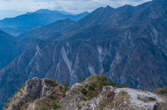 Il bello spazio di sosta nelle montagne si avvicina alla polizia del lago, Italia Fotografie Stock