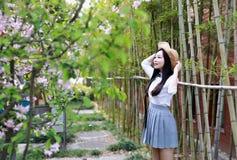 Il bello studente di college adorabile sveglio felice della High School della ragazza gode del tempo libero da bambù alla scuola Fotografia Stock Libera da Diritti