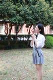 Il bello studente di college adorabile sveglio felice della High School della ragazza gode del tempo libero mangia il gelato Fotografie Stock Libere da Diritti