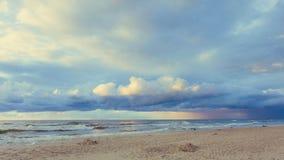 Il bello tramonto con si rannuvola il mare e la spiaggia Immagini Stock Libere da Diritti
