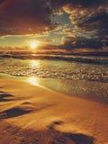 Il bello tramonto con si rannuvola il mare e la spiaggia Fotografia Stock Libera da Diritti