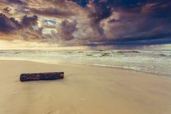 Il bello tramonto con si rannuvola il mare e la spiaggia Immagine Stock
